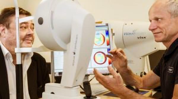 5b0213915c85 Øjenoperation har befriet Tommy Kenter for briller og kontaktlinser ...