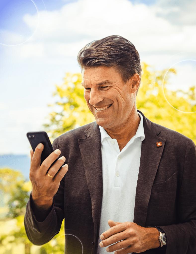 Michael Laudrup ser på mobil uden briller